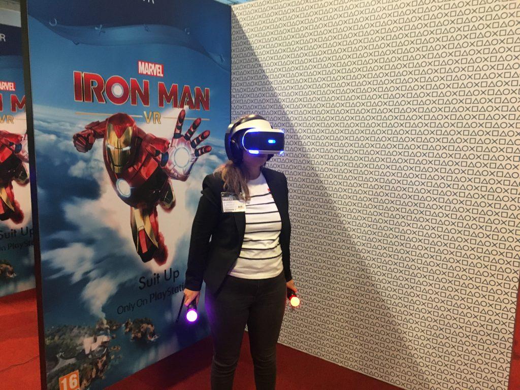 Andrea spelar Iron Man VR